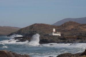 Schroff klatschen die Wellen an die Klippen